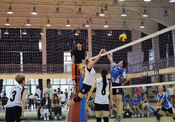 的武职女排主攻手势大力沉的扣球-湖北省大学生排球赛落幕 武职女